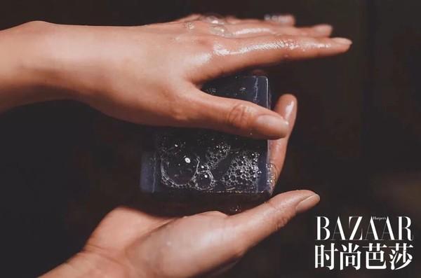 。浸湿洁面皂