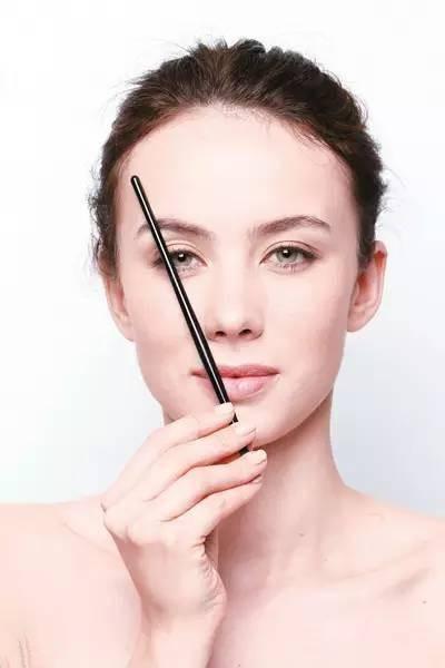 眉峰在鼻翼与瞳孔边缘的延长线上。