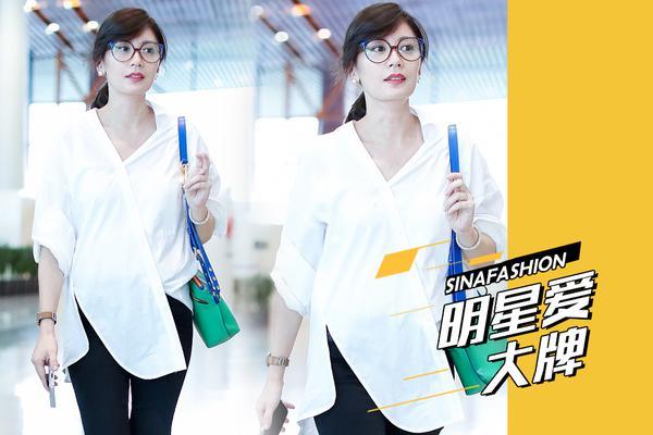明星爱大牌:逆龄女神贾静雯现身机场 白衬衫清新干练