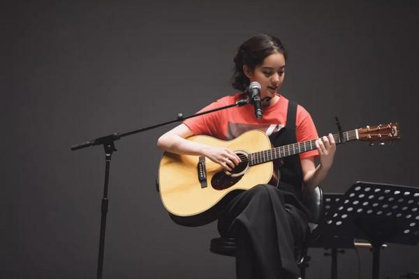 欧阳娜娜弹吉他