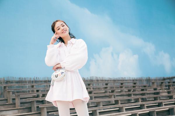 马思纯现身巴黎时装周Chanel秀场粉裙配白袜满满少女感
