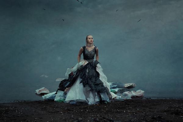 塑料垃圾变礼服 另类美感直击心灵深处