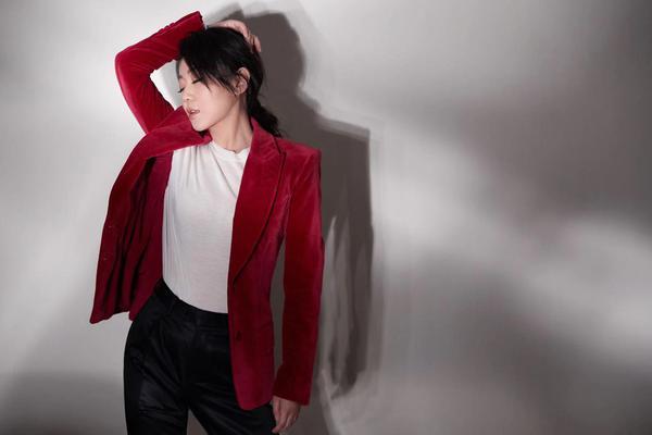 闫妮亮相央视春晚 一身红丝绒西服裤装干练飒爽