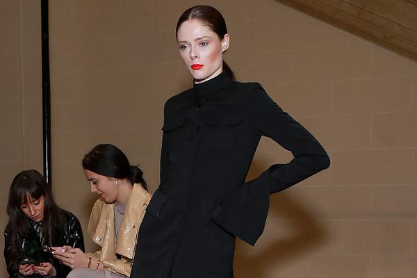 可可-罗恰助阵纽约时装周 黑色长裙美艳吸睛
