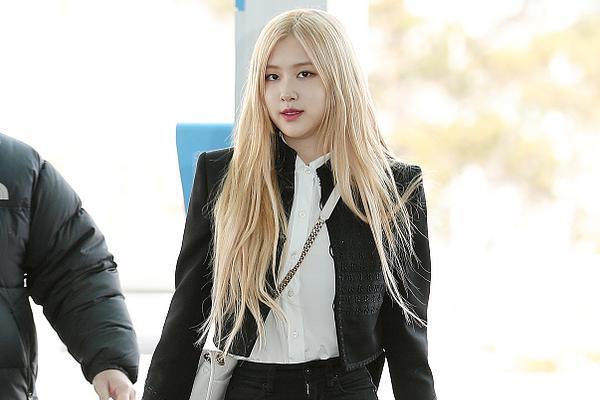 Rose朴彩英启程巴黎时装周 黑色穿搭时髦前卫