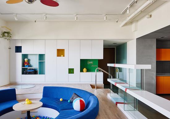 在台湾高雄的一幢公寓楼里,有一户用乐高积木作为主要装潢元素的新住宅。不过,这个家可不是一味地使用乐高积木堆出桌子、椅子、柜子,而是把乐高积木和普通的装饰材料来了次整合拼接,不会过于幼稚,却也充满趣味性和乐高粉丝的辨识度。 负责整个室内设计的是HAO设计事务所。