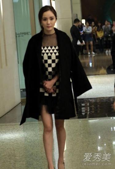 杨幂短裙造型