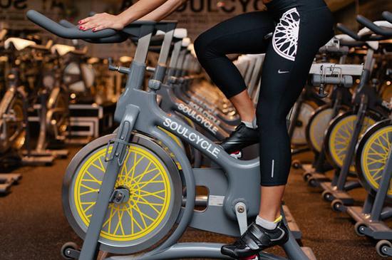 在健身房骑动感单车姿势对了减肥才有效