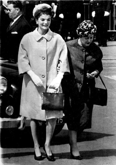 经典的杰奎琳造型中不能缺少大衣