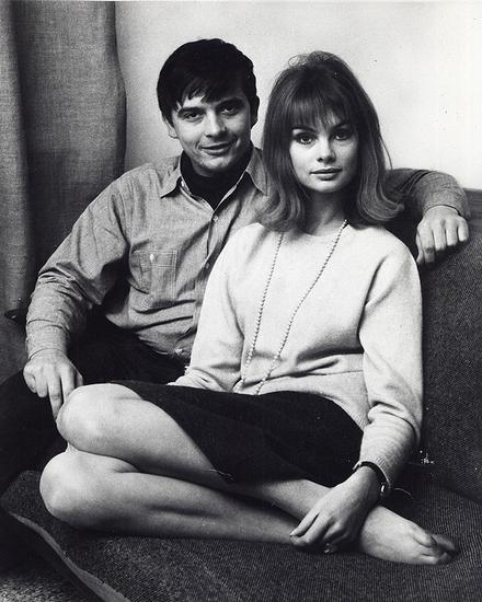 """""""洛丽塔""""风格的鼻祖Jean Shrimpton,最喜欢用一件简单的羊绒衫搭配黑色铅笔裙,经典之余又不失可爱"""