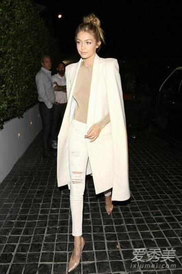 Gigi白色裤装街拍