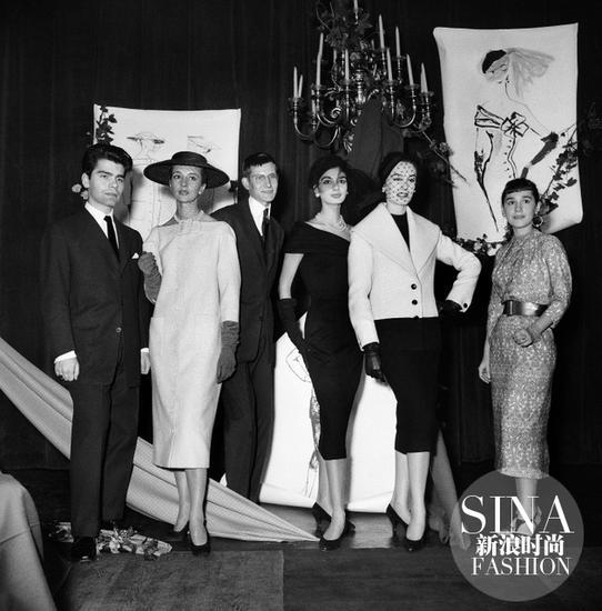 1954年两位年轻设计师Karl-Lagerfeld和Yves-Saint-Laurent登台领取了由国际羊毛局处颁发的时尚设计大奖
