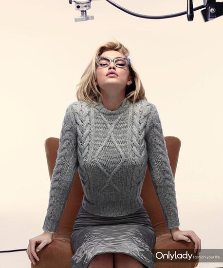 Max Mara2015秋冬广告大片中,Gigi Hadid穿着Max Mara阿兰毛衣扮性感女教师