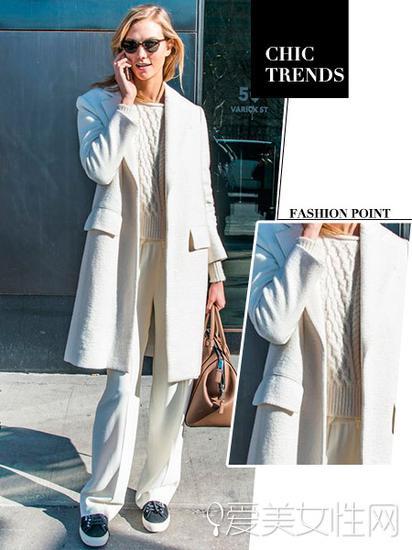 白色毛衣+白色呢子外套+白色长裤