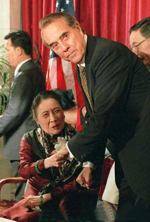 1997年宋美龄百岁宴时佩戴翡翠珠宝