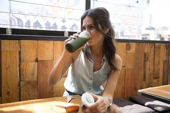排毒果汁能净化肠胃