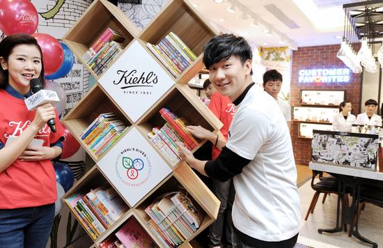 林俊杰在现场更为留守儿童捐出了百本他推荐的书籍,以身作则实践公益