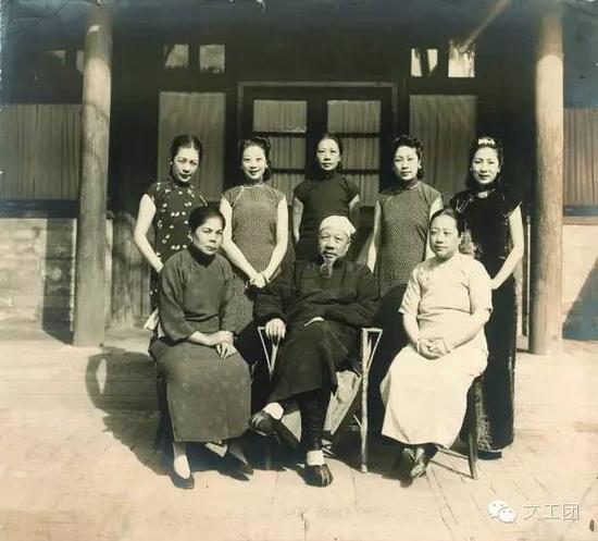 朱启钤及夫人和五个女儿,据笔者目测,后站立者右2朱五,右1朱四,左2朱三