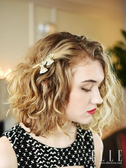 发饰戴法示范   将头发中分后,挑出靠前的一缕头发用发夹夹在斜后方.