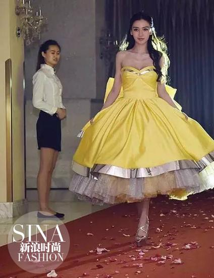 Baby穿黃色禮裙搭配恨天高