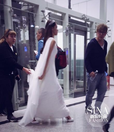 林允儿白裙亮相似仙女