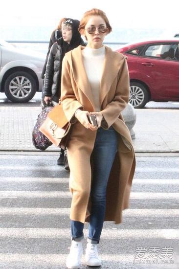 驼色长款大衣+白色高领针织衫