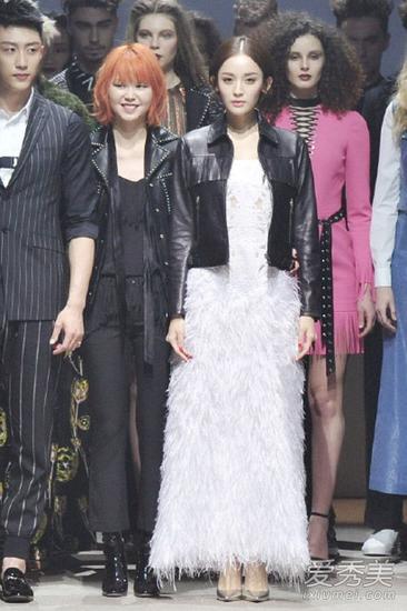 皮衣+白色长裙