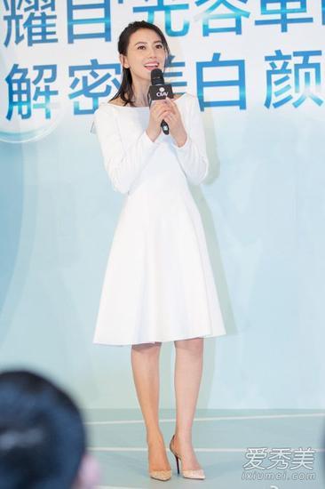 高圆圆 白色圆领收腰连衣裙