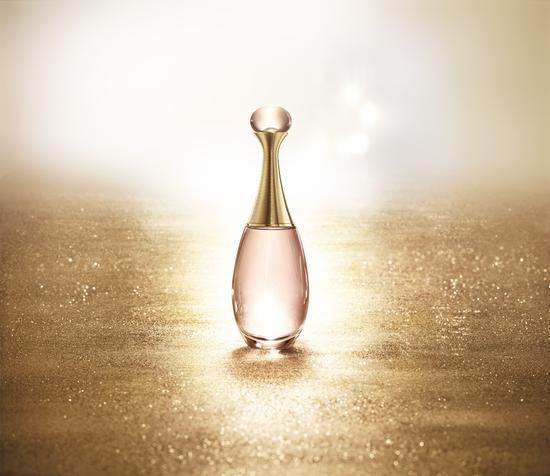 Dior迪奥真我淡香水闪熠明媚春光。    全新的芬芳构成,    一如既往的明媚,闪耀璀璨更胜以往。