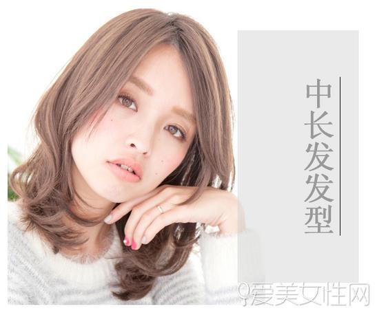 选择编织烫的发尾使整个中长发造型更具层次感.