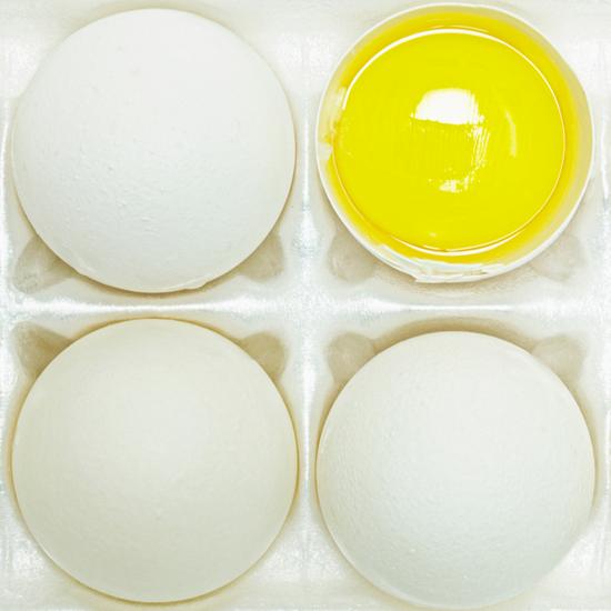 想要增强肌肉密度单靠喝蛋白粉是不够的
