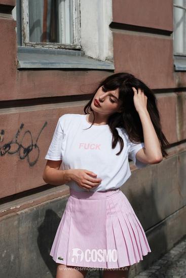 白T+粉色百褶裙