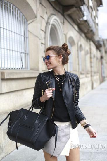 皮夹克+黑T+白色花苞裙