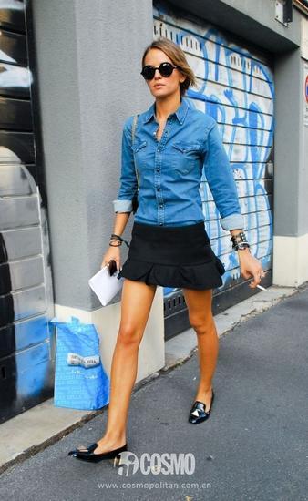 牛仔衬衫+黑色短裙