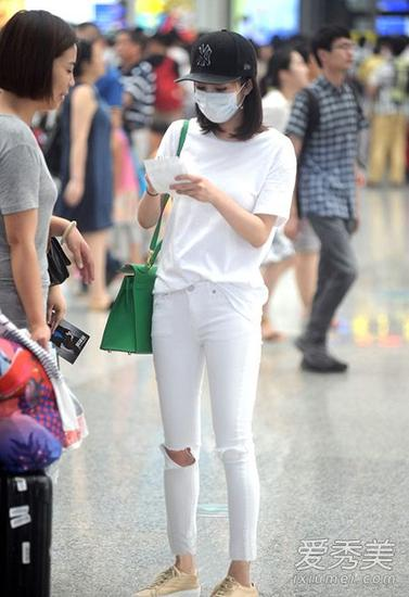 杨幂一身白衣机场街拍