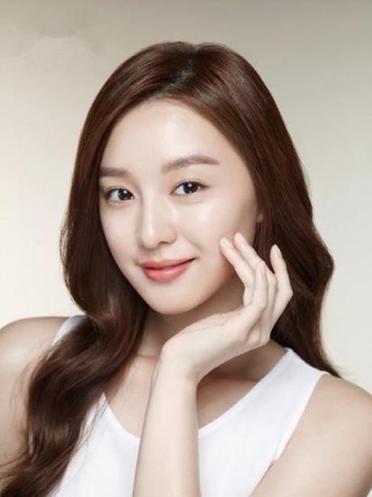 在韩国,女生们喜欢定期去美容院对皮肤进行