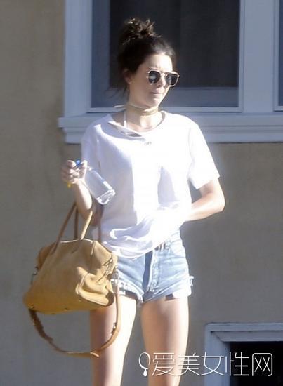 肯豆白T恤搭配牛仔裤