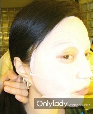 """在做造型的时候,先敷个面膜填补一下脸部的""""空虚""""。"""