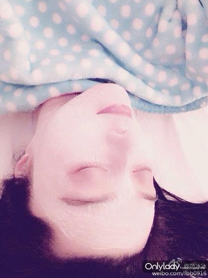 睡觉的时候还在敷面膜!