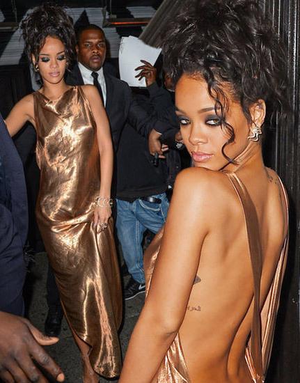 蕾哈娜的露背装