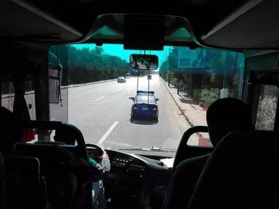 我们的车一路被警车开道护航