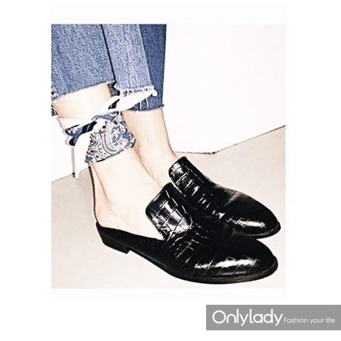 一双时髦且舒服的平底鞋