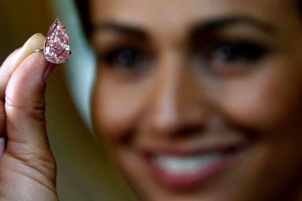 15.38克拉的世界最大梨型亮粉等级粉红钻