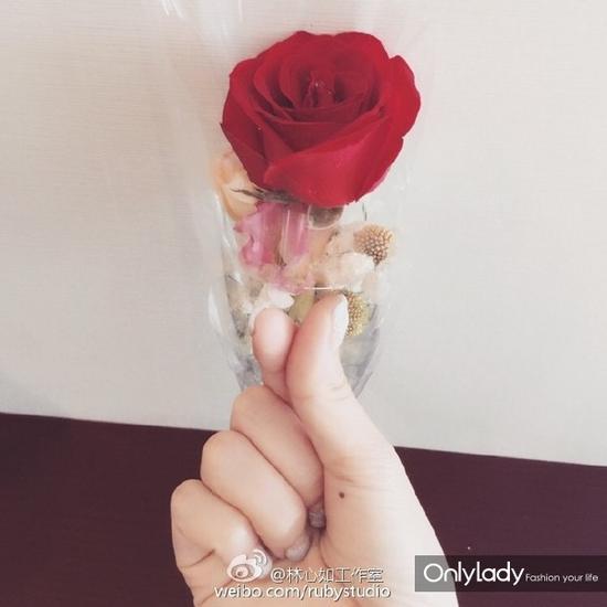 林心如工作室高调秀出林心如手拿玫瑰照