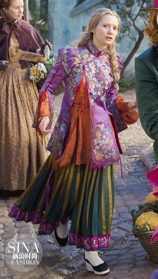 爱丽丝梦游仙境2中的中国服