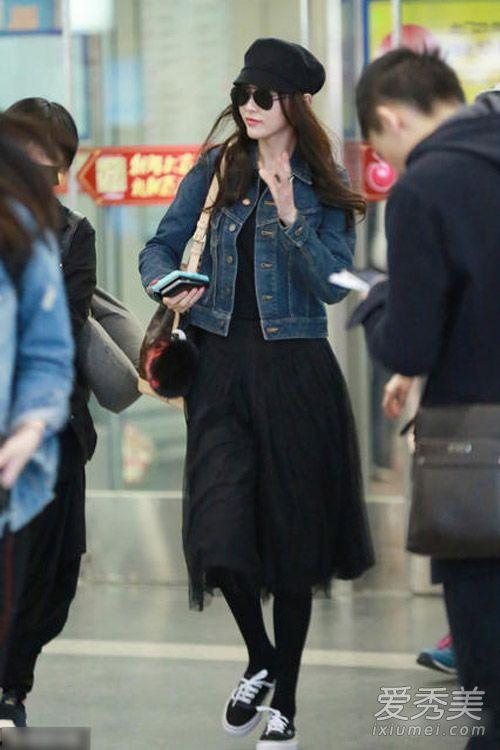 牛仔外套配黑色纱裙又变得文艺又女神了,尽显高挑身姿。