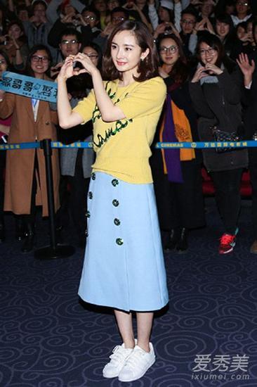 杨幂毛衣搭配半身裙