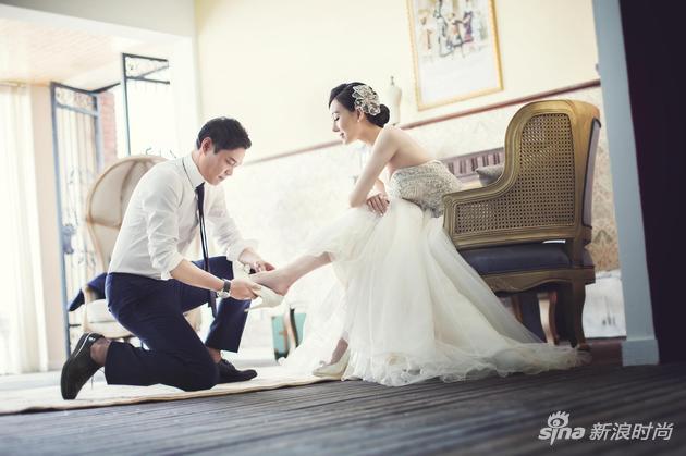 范大将军单膝下跪 为新娘穿鞋