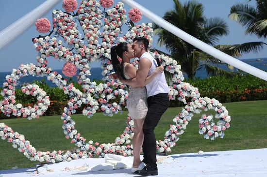 钟丽缇与小12岁男友激吻订婚