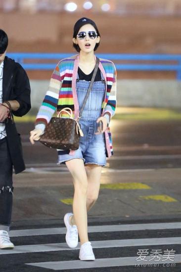 彩虹条纹针织开衫配背带牛仔裤和小白鞋,如此青春靓丽,挡不住的图片